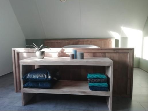 Steigerhout bed grey met side table aan het voeteneind