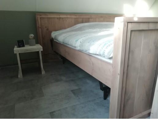 steigerhout bed grey links met krukje