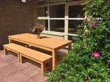 houten bankjes douglas hout zonder rugleuning bij een douglas tuintafel